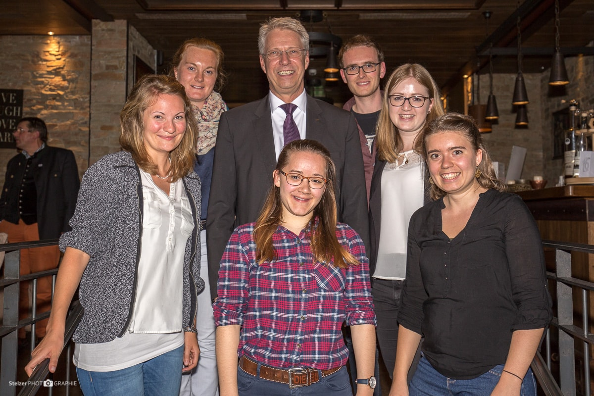 Thomas Reiter inmitten des erweiterten studentischen GeoComPass-Teams